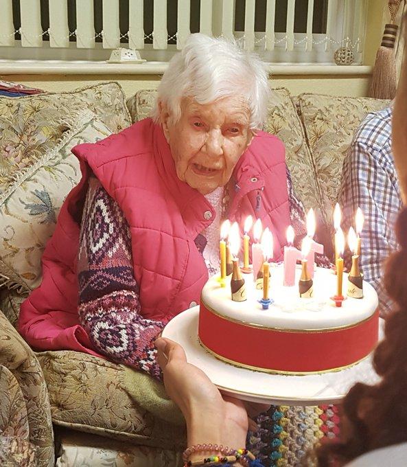جوان أثناء احتفالها بعيد ميلادها 111