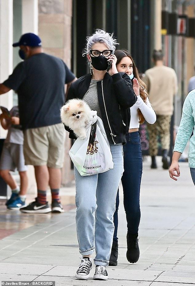 كيلي أوزبورن تخطف الأنظار خلال تسوقها بمناسبة الهالوين بكاليفورنيا