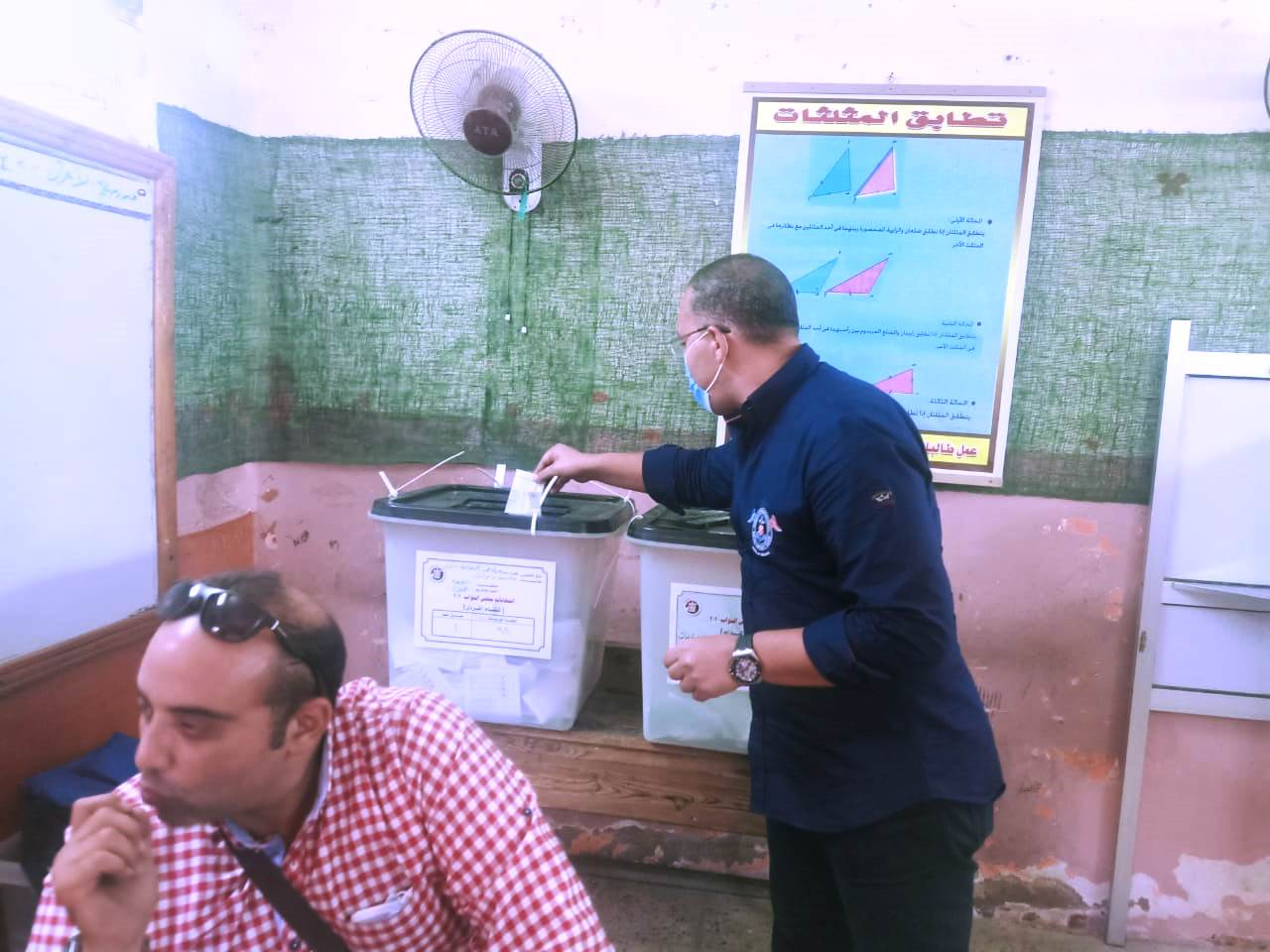 الكاتب الصحفى خالد صلاح داخل مقر اللجنة الانتخابية