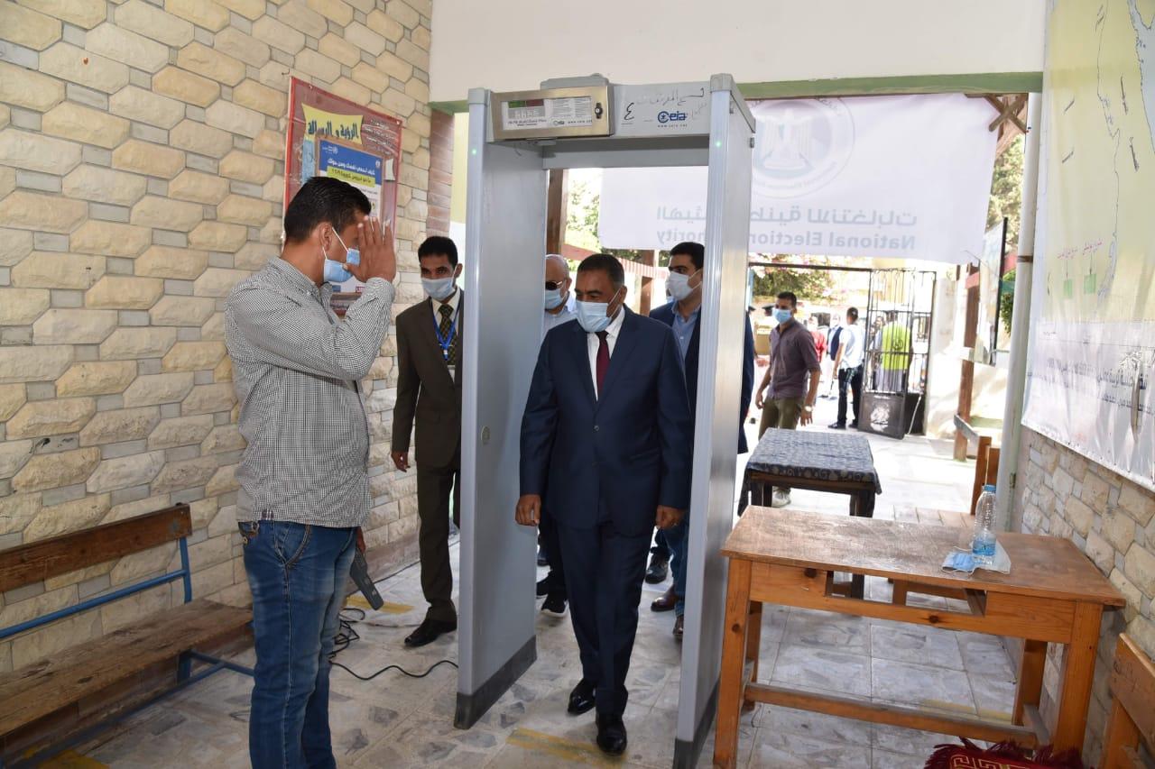 محافظ مطروح يتفقد اللجان الانتخابية ويشيد بإقبال المواطنين (1)