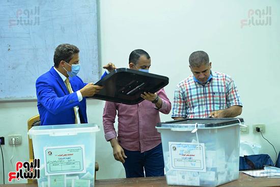 فرز أصوات الناخبين بإحدى اللجان