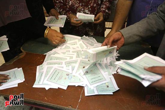 فرز أصوات الناخبين فى انتخابات مجلس النواب 2020