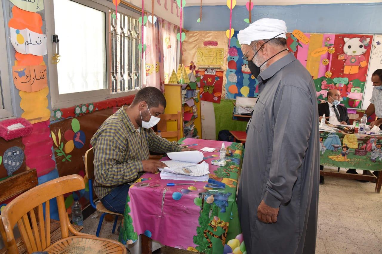 محافظ مطروح يتفقد اللجان الانتخابية ويشيد بإقبال المواطنين (2)