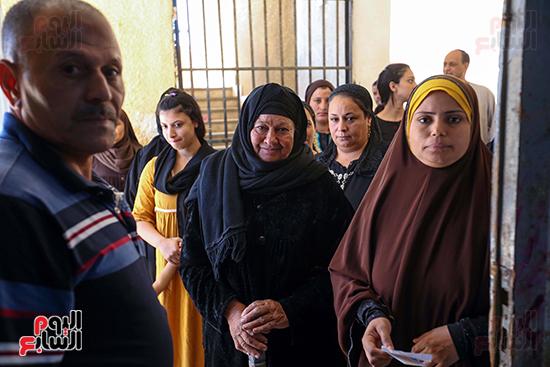 توافد المواطنين على اللجان الانتخابية بالعياط (24)