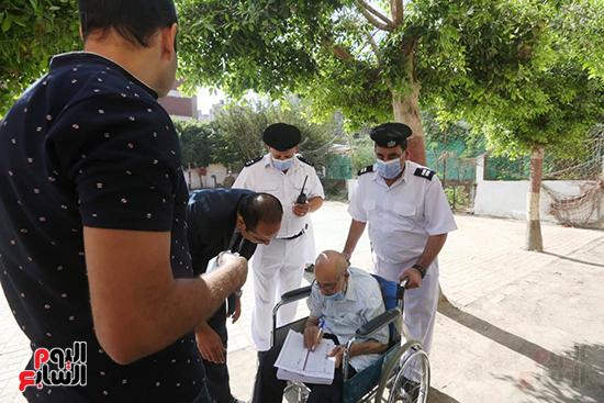 الشرطة تساعد ذو الاحتياجات فى الادلاء باصواتهم (13)