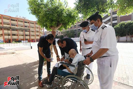 الشرطة تساعد ذو الاحتياجات فى الادلاء باصواتهم (14)