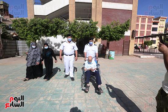 الشرطة تساعد ذو الاحتياجات فى الادلاء باصواتهم (11)