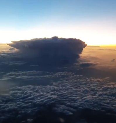 مشهد العاصفة الرعدية من السماء