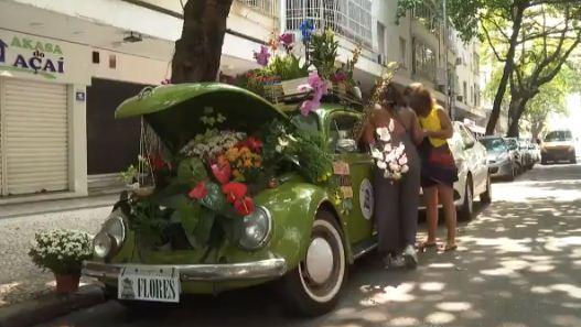 فتاة تحول سيارتها لحديقة
