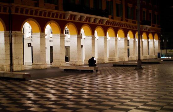رجل يجلس وحيدًا على مقعد في ساحة بلاس ماسينا