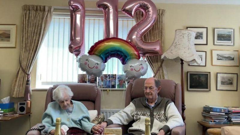 جوان هوكوارد خلال الاحتفال بآخر عيد ميلاد لها