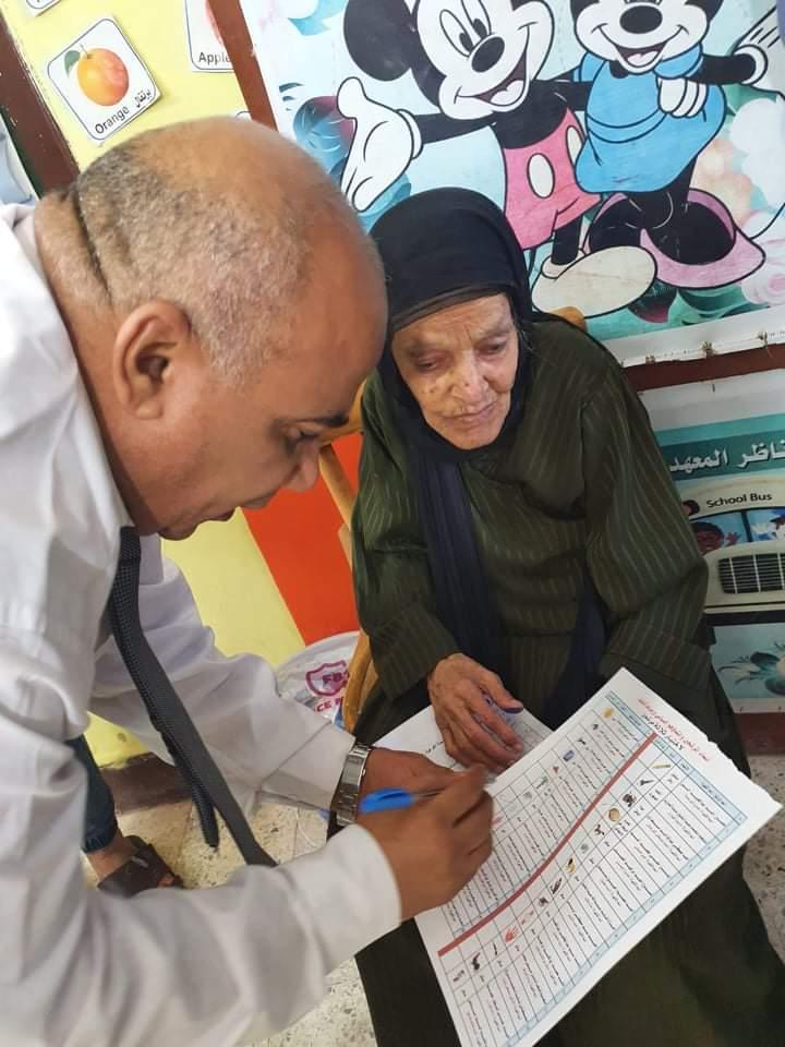 رئيس لجنة بالفيوم يساعد مسنة كفيفة