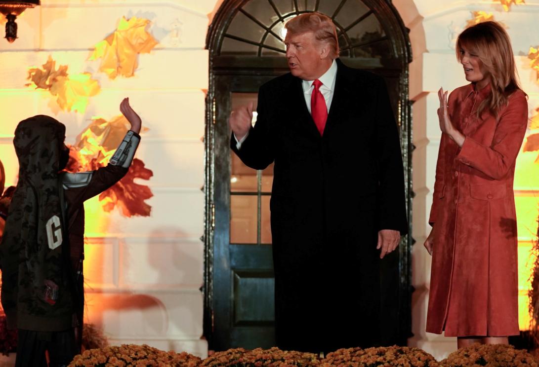 الرئيس وزجته يحيون طفل