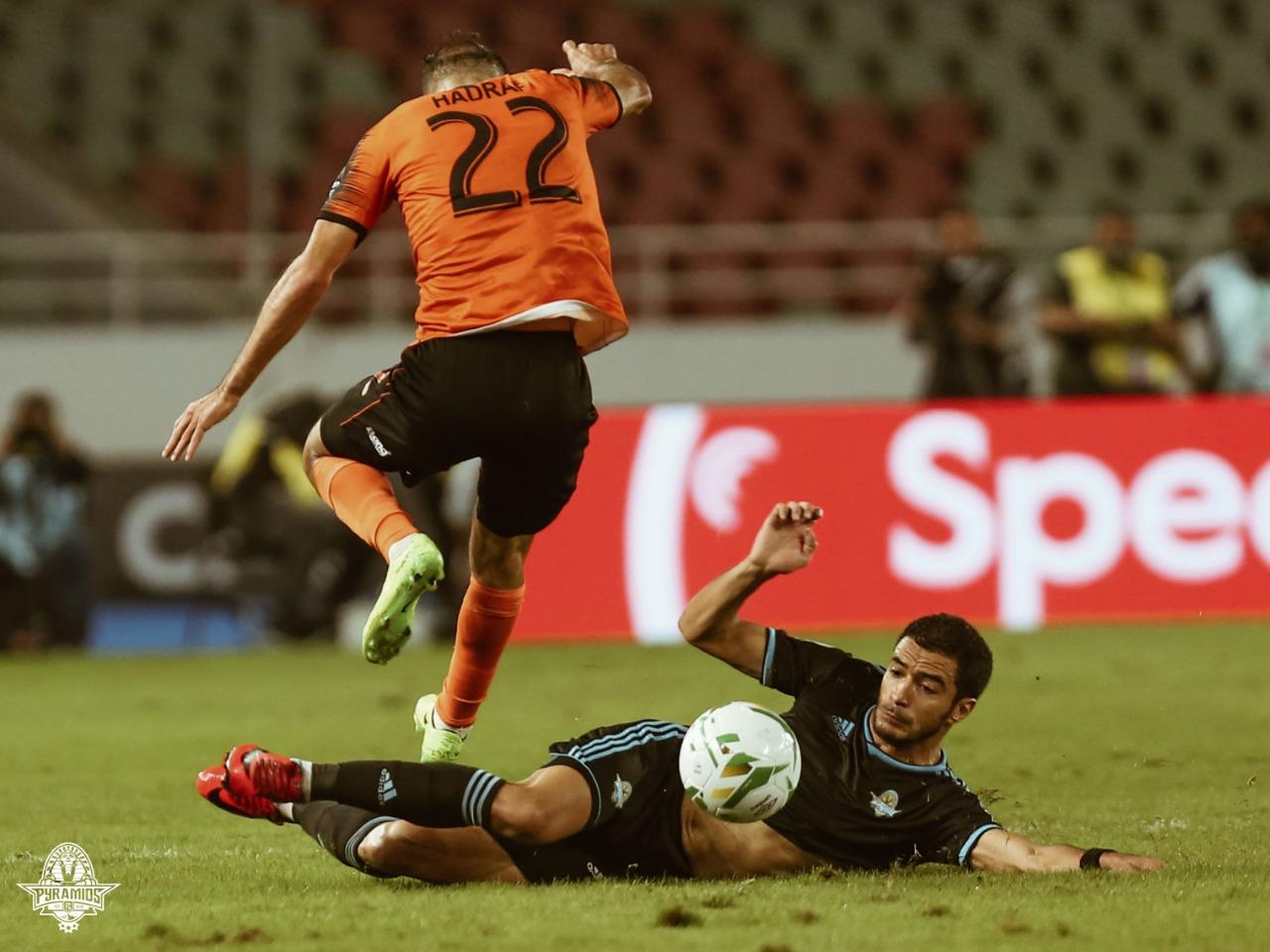 عمر جابر يستخلص الكرة