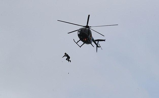 جندي يقفز من بطائرة هيلوكوبتر من ارتفاع 131 قدم بالمملكة المتحدة  (3)