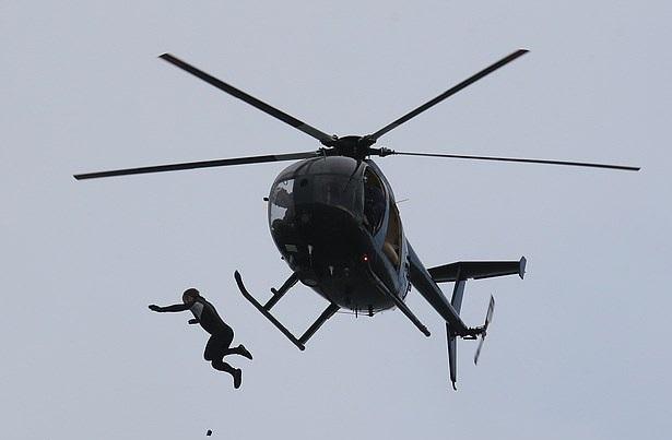 جندي يقفز من بطائرة هيلوكوبتر من ارتفاع 131 قدم بالمملكة المتحدة  (1)