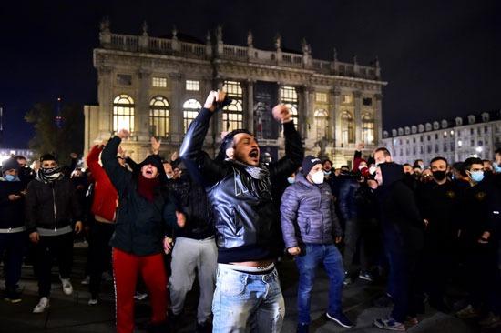 هتافات المتظاهرين