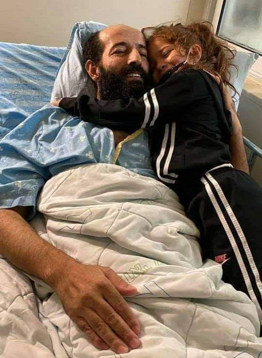 ماهر الاخرس يحتضن طفلته