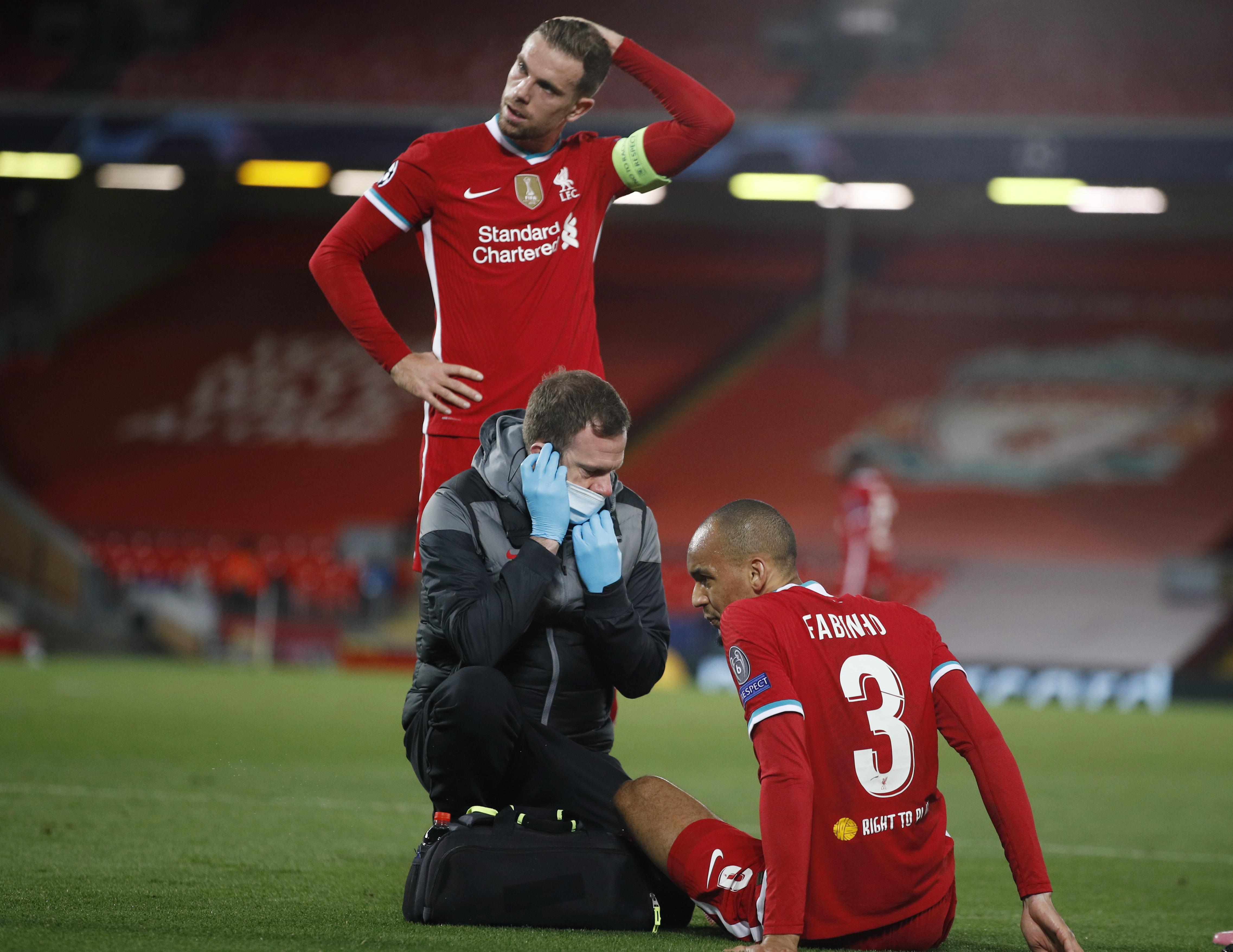 فابينيو يتلقى العلاج قبل مغادرة أرضية الملعب