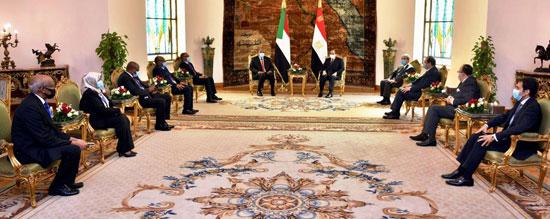 السيسي يستقبل رئيس مجلس السيادة السوداني (4)