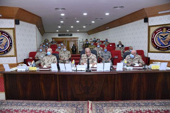 وزير الدفاع يتابع سير عمليات القضاء على العناصر الإرهابية وإجراءات عودة الحياة لطبيعتها (3)