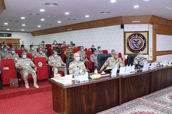 وزير الدفاع يتابع سير عمليات القضاء على العناصر الإرهابية وإجراءات عودة الحياة لطبيعتها (2)