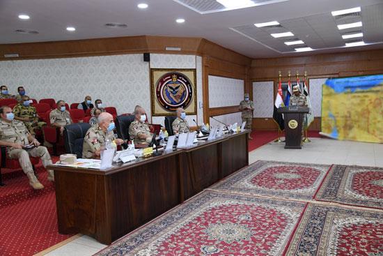 وزير الدفاع يتابع سير عمليات القضاء على العناصر الإرهابية وإجراءات عودة الحياة لطبيعتها (1)