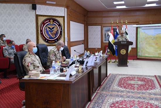 وزير الدفاع يتابع سير عمليات القضاء على العناصر الإرهابية وإجراءات عودة الحياة لطبيعتها (4)