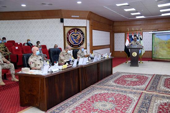 وزير الدفاع يتابع سير عمليات القضاء على العناصر الإرهابية وإجراءات عودة الحياة لطبيعتها (5)