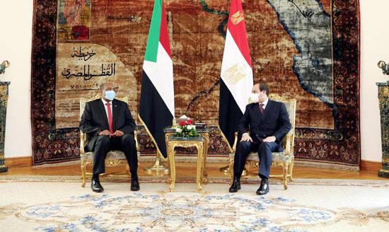 السيسي يستقبل رئيس مجلس السيادة السوداني (2)