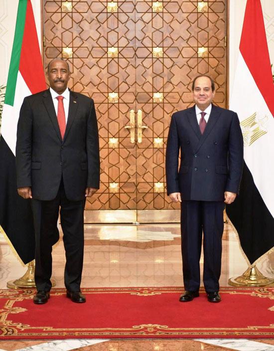 السيسي يستقبل رئيس مجلس السيادة السوداني (1)