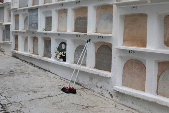 المكانس بجوار شواهد القبور استعدادا للاحتفال