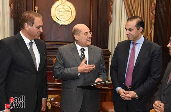 وزير المجالس النيابية يسلم رئيس الشيوخ تقرير اللجنة الإدارية (3)