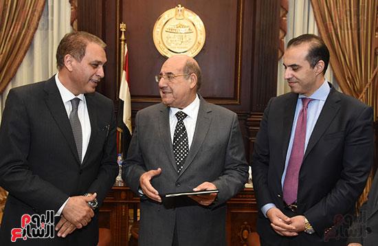 وزير المجالس النيابية يسلم رئيس الشيوخ تقرير اللجنة الإدارية (2)