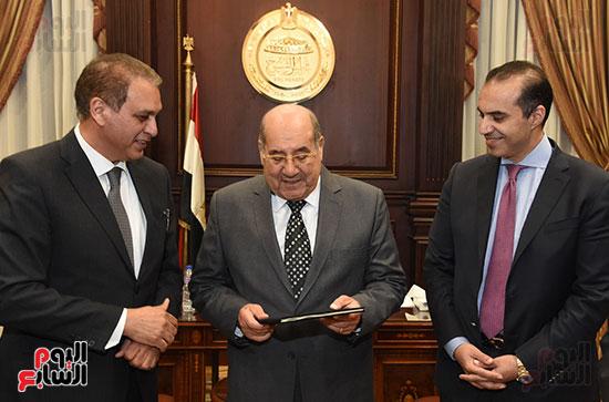 وزير المجالس النيابية يسلم رئيس الشيوخ تقرير اللجنة الإدارية (1)
