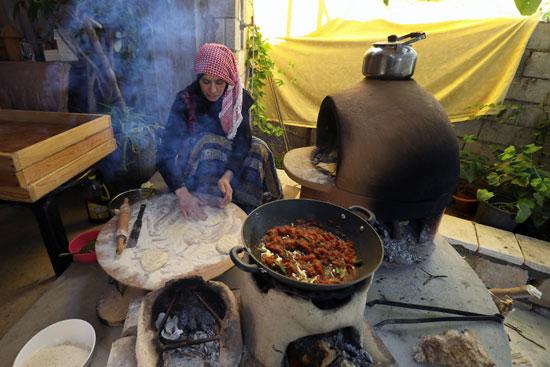 الفتاة الأردنية تقوم بإعداد المخبوزات