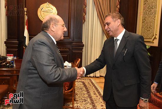 وزير المجالس النيابية يسلم رئيس الشيوخ تقرير اللجنة الإدارية (7)