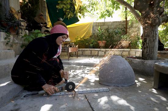 الفتاة تقوم ببناء أحد الأفران