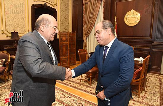 وزير المجالس النيابية يسلم رئيس الشيوخ تقرير اللجنة الإدارية (10)