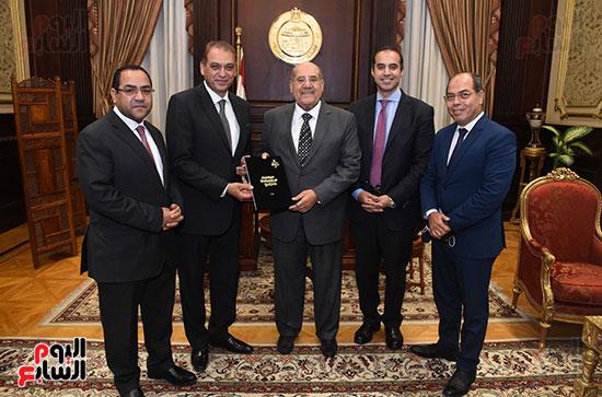 وزير المجالس النيابية يسلم رئيس الشيوخ تقرير اللجنة الإدارية (4)