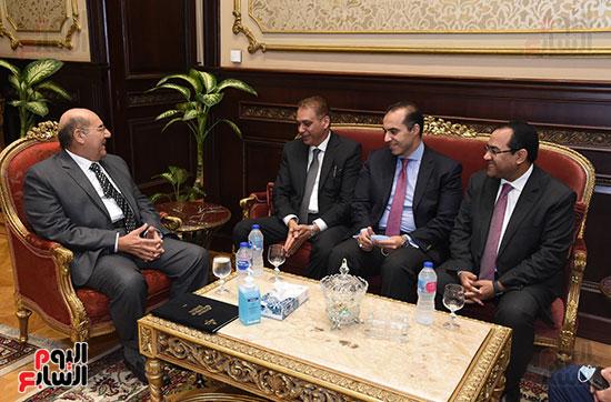 وزير المجالس النيابية يسلم رئيس الشيوخ تقرير اللجنة الإدارية (5)