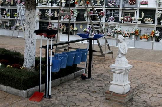 شوهد تمثال لملاك بجوار شواهد القبور