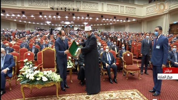 وزير الأوقاف يهدى نسخة الكتاب للرئيس السيسى