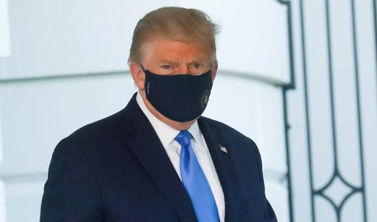 دونالد ترامب ينظر للصحفيين خارج البيت الابيض
