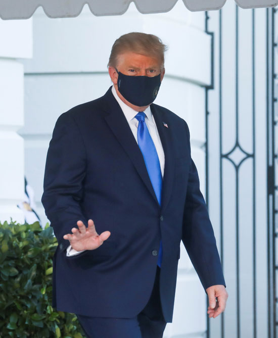 ترامب يلوح للصحفيين فى البيت الأبيض
