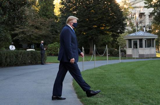 ترامب يسير إلى الطائرة التى ستنقله إلى المركز الطبى