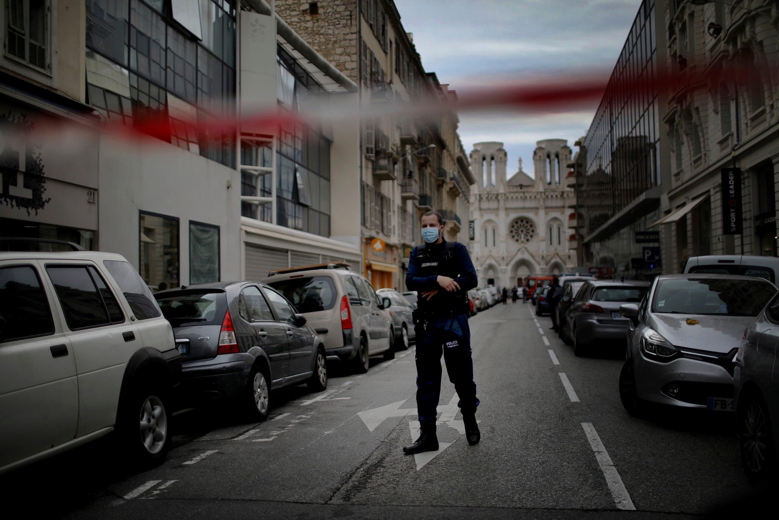 الشرطة الفرنسية فى محيط موقع حادث نيس الإرهابى