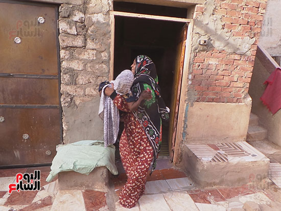 ابنة-شقيقتها-تحملها-داخل-المنزل