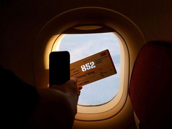 راكب يلتقط صورة لتذكرة الرحلة