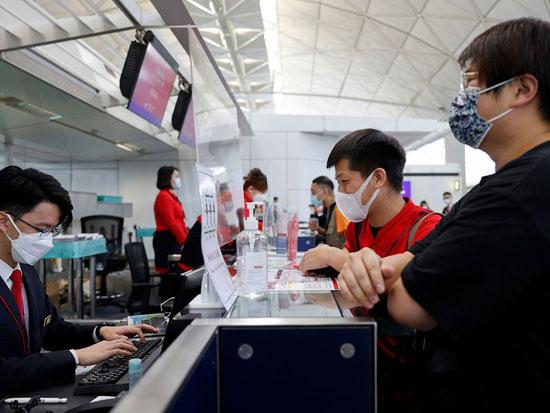 موظف في الشركة الطيران يتحقق من وثائق الركاب